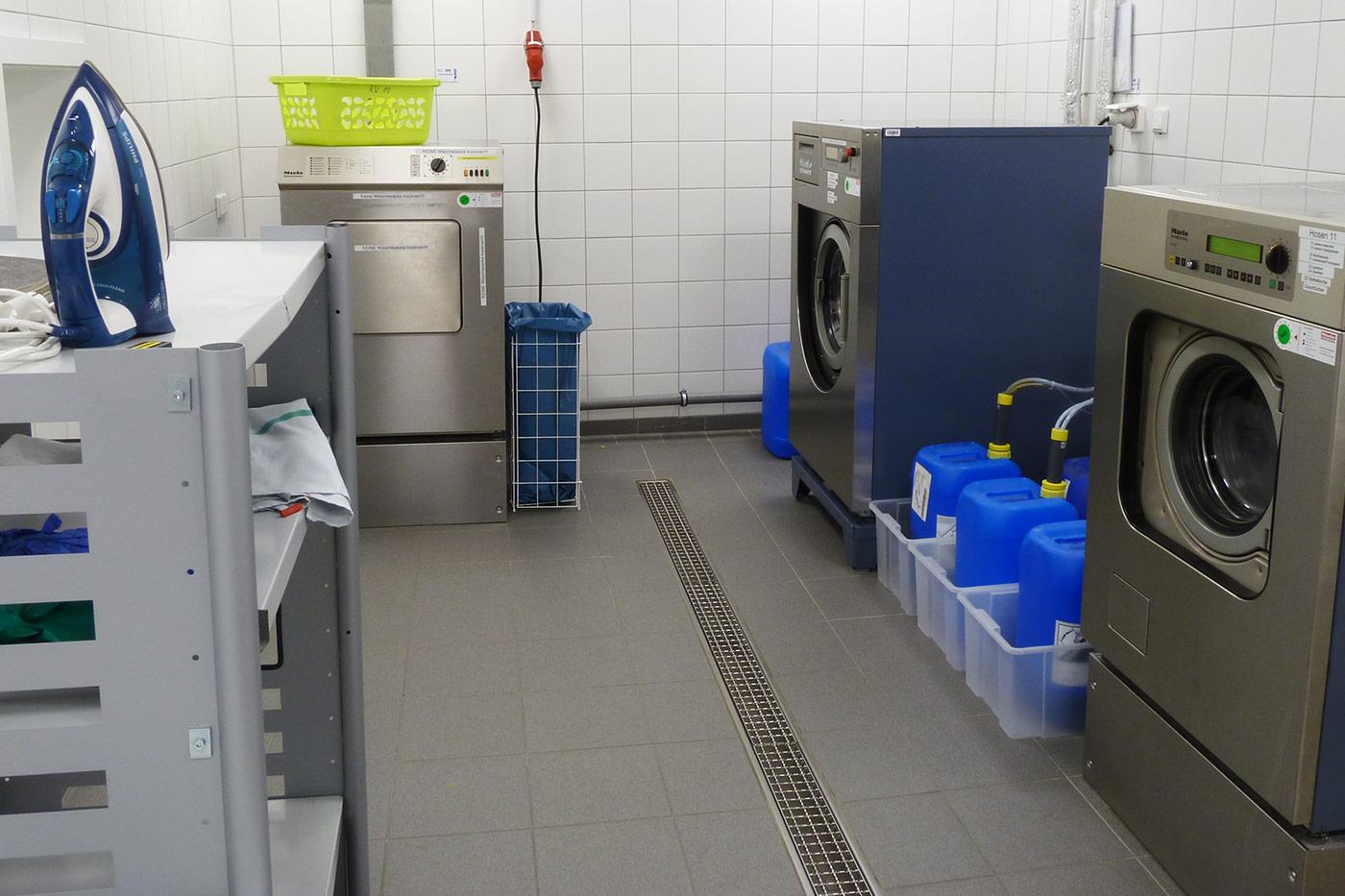 Reinigen von PSA und Geräten im Feuerwehrhaus
